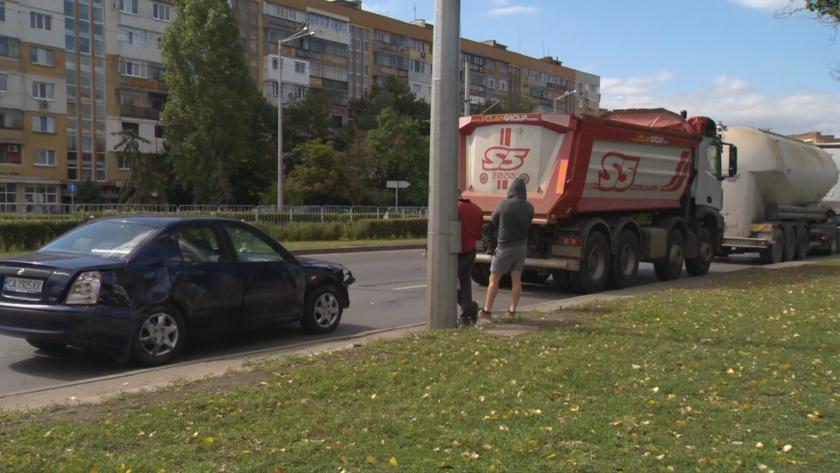 Цистерна и камион са ударили лека кола на бул.
