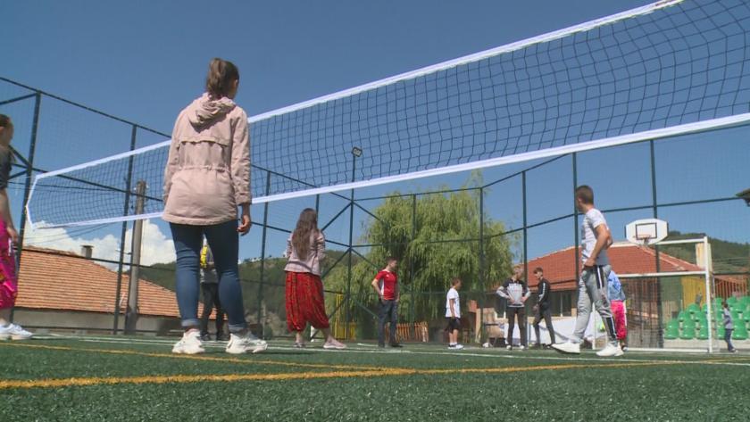 На две нови спортни площадки за футбол и волейбол се