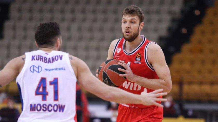 Официално: Александър Везенков остава в Олимпиакос до 2024 година