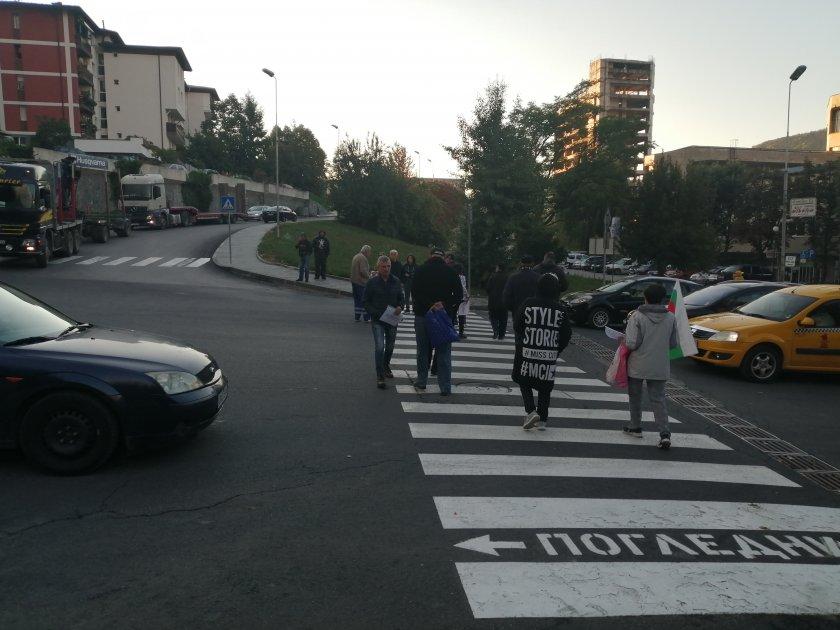 С пресичане на пешеходните пътеки на едно от възловите кръстовища