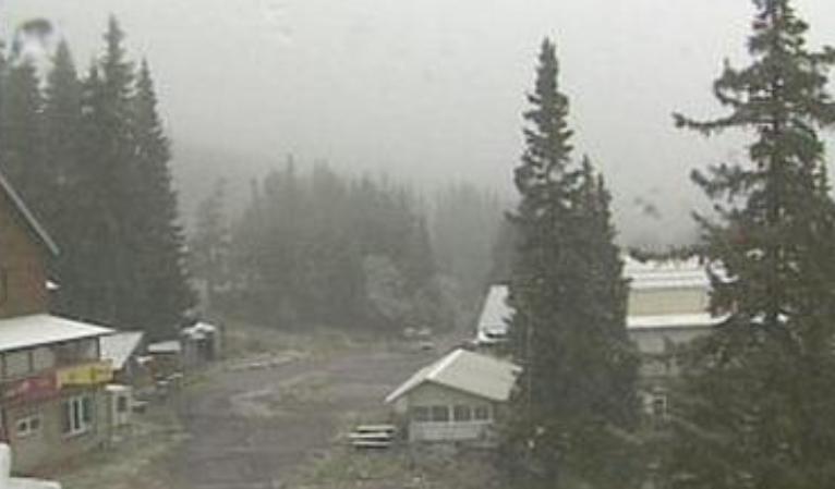 В първия ден на астрономическата есен на Витоша заваля сняг.На
