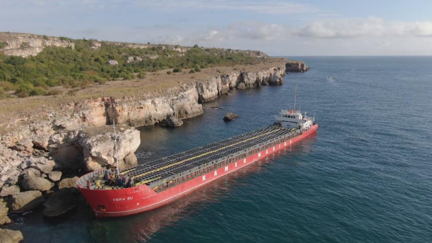 Продължава подготовката по изтеглянето на заседналия товарен кораб край Камен