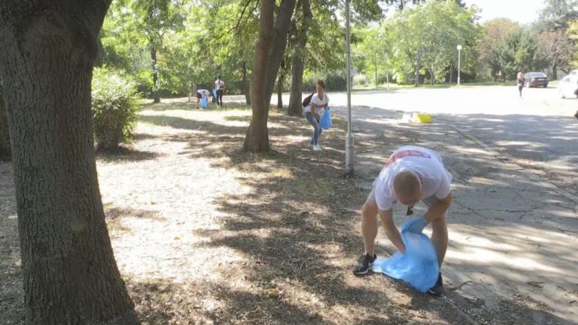 Екоакция в Бургас: Почистват Морската градина от фасове