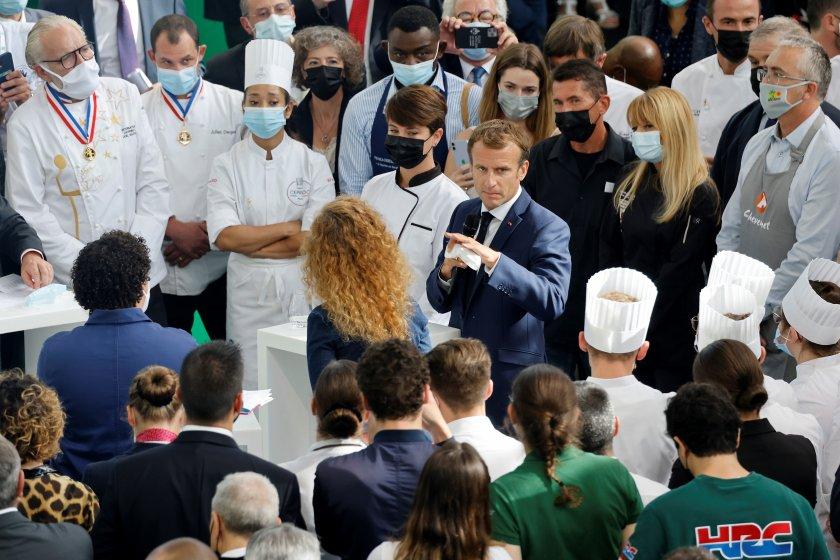 Мъж замери с яйце френския президент Еманюел Макрон, докато той