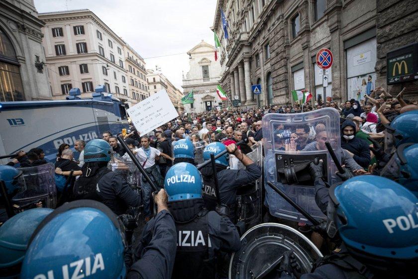 Извадиха водни оръдия срещу протестиращи заради Covid-19 сертификатите в Рим (видео)