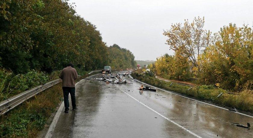 Два тира се удариха на пътя Разград - Русе, в