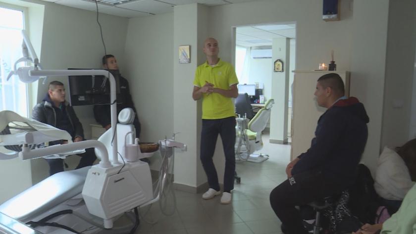 Млад зъболекар от Благоевград влезе в класната стая, за да