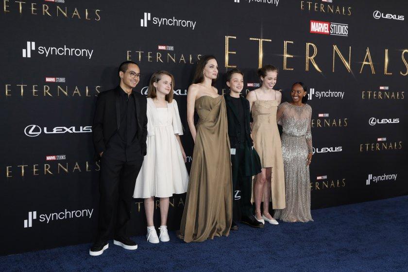 """Анджелина Джоли с децата си на червения килим в Лос Анджелис за премиерата на филма """"The Eternals"""" (Видео)"""