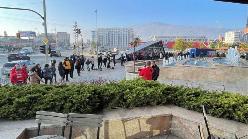 Пред някои от столичните търговски центрове се извиха дълги опашки
