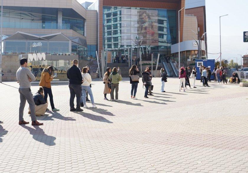 Първи ден със зелените сертификати: Големи опашки пред столичен мол (СНИМКИ)