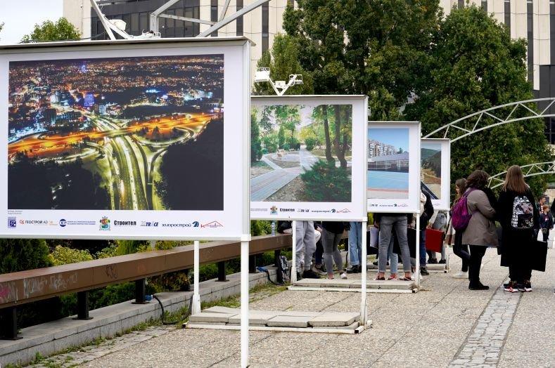 Изложбата е посветена на Деня на строителя – Димитровден, и