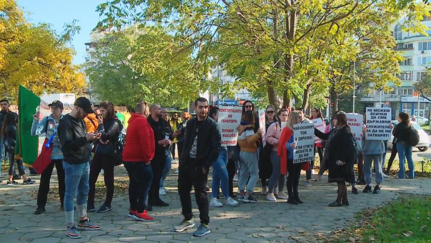 Протест пред регионалната здравна инспекция в Пловдив. Ресторантьори, бармани, сервитьори