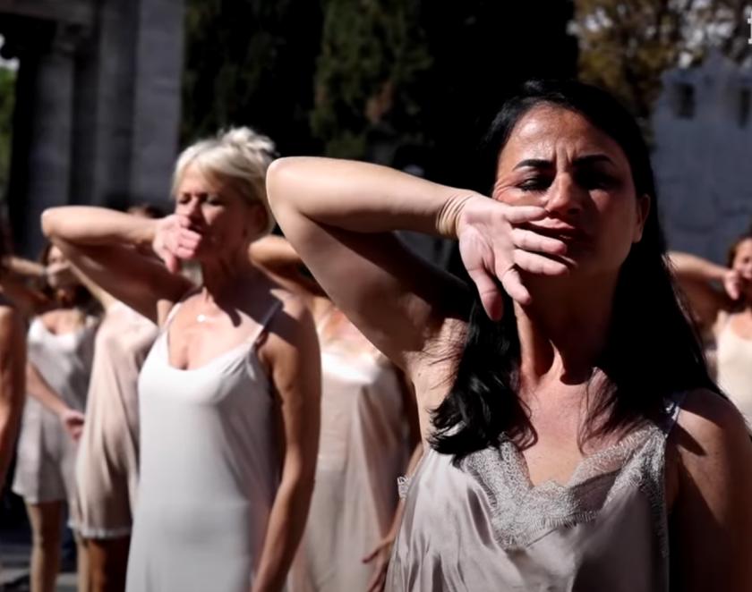 Стюардеси демонстрираха по бельо в центъра на Рим (Видео)