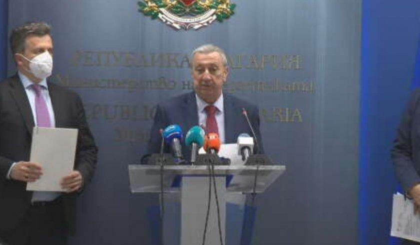 Зам-министърът на енергетиката Мирослав Дамянов дава брифинг за задълженията на