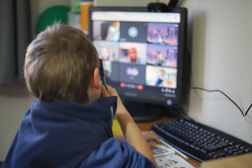 Какво причинява на децата обездвижването и заседяването пред компютрите