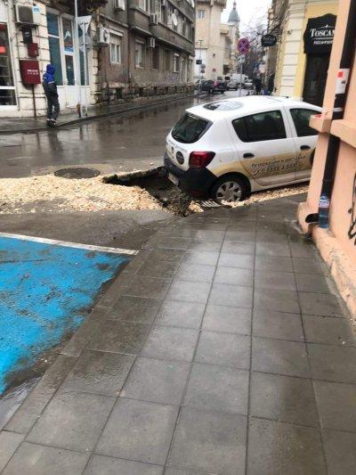 Кола пропадна в дупка след ремонт в центъра на Русе