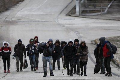 Гръцката гранична полиция използва сълзотворен газ и шокови гранати, за да спре мигранти