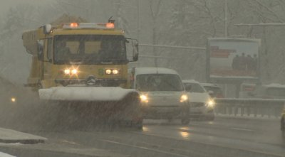 140 снегопочистващи машини са работили тази нощ в София