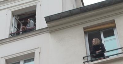 Съседи в Париж разиграват викторина срещу скуката от изолацията