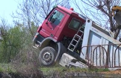 Камион пропадна на мост в Хасковско
