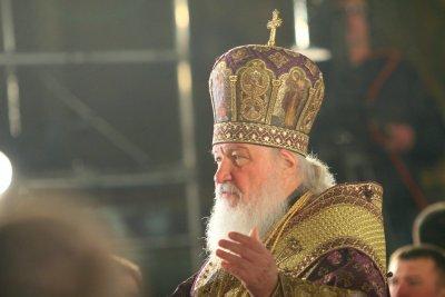 И руският патриарх Кирил призова за църковни служби без миряни
