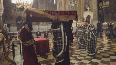 Разпети петък в условия на COVID-19: Миряните не минаха под Плащеницата, поклониха ѝ се