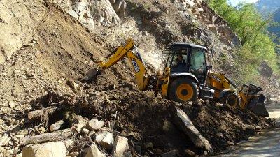 Свлачище затрупа три къщи в покрайнините на Пещера