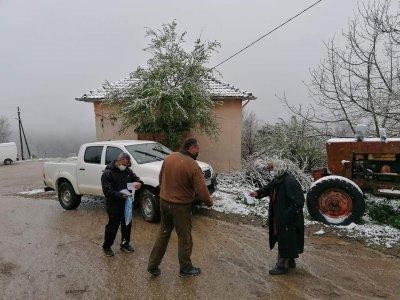 Горски служители помагат при раздаването на пенсиите в труднодостъпните села в Петричко