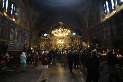Кипърски митрополит оцени високо решението да останат отворени храмовете в България