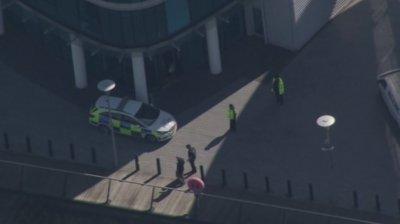 Британската полиция арестува мъж, стрелял от балкон