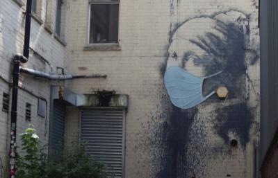 Графит на Банкси вече е с маска