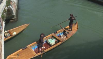 Във Венеция доставят храна по домовете с лодки