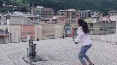 Момичета в Италия показаха забележителни умения по тенис на покривите на блокове