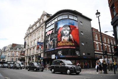 Сър Камерън Макинтош: Театрите могат да останат затворени до 2021 г.