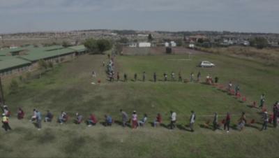 В Южна Африка хиляди чакаха на километрични опашки за помощи