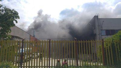 Проверяват за опасни вещества във въздуха след големия пожар в складове в Пловдив