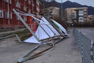 Силен вятър събори покрива на Военното окръжие във Враца, има сериозни материални щети
