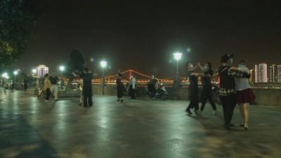 В Ухан отново танцуват