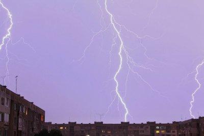 Бури, порои, градушки и гръмотевици на югозапад. Поразени са къщи, улици, ниви