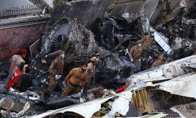 Оцелял от самолетната катастрофа в Пакистан: Виждах само огън и дим