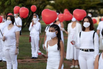 Червени балони в памет на жертвите на COVID-19 в Бразилия