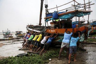Евакуираха над 100 000 души в Индия заради приближаващ циклон