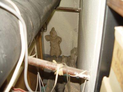В кашони, на пода, край тръби - нови антики в офисите на Васил Божков (СНИМКИ)