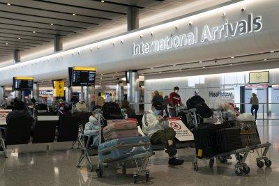Строга карантина за пристигащите на Острова, Европа сваля все повече ограничения