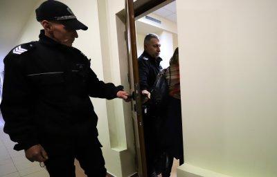 Задържаните с подкуп полицаи от Калотина остават в ареста
