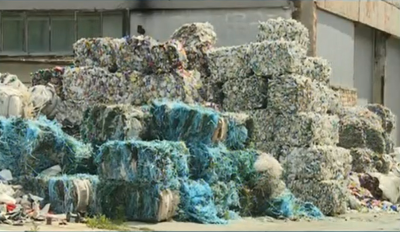 Тонове пластмасови отпадъци, изоставени в двора на завод във Варна