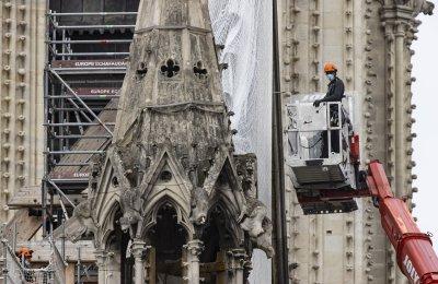 """Демонтират скелето около стрелата на """"Нотр Дам"""""""