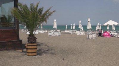 Заведение на плажа в Бургас - едно кафе вътре - 2 лв., на плажа - 8 лв.
