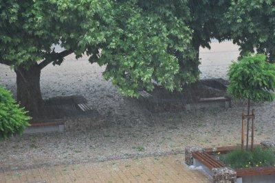 Гръмотевична буря с градушка удари Ловеч