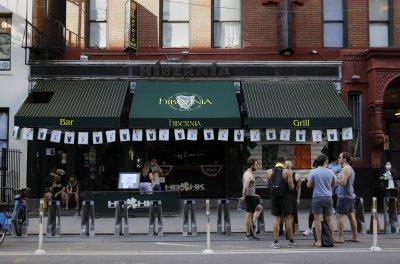 Губернаторът на Ню Йорк заплаши с ново затягане на мерките заради струпвания по баровете